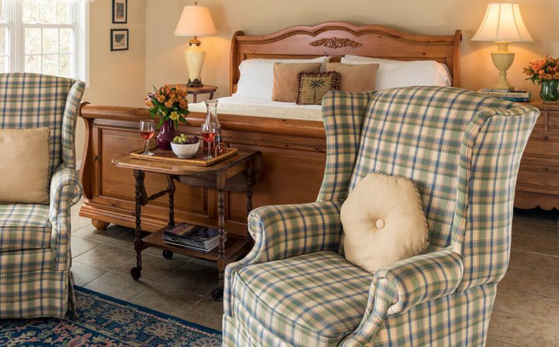 Kinsale Suite bed and sitting area